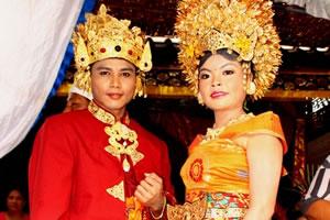 バリヒンズー教の婚礼衣装を着て記念撮影