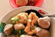 バリ島B級グルメみんな大好きバクソー!備え付けの唐辛子ペースト(オレンジ)、甘いソース(黒)、酸味ソース(赤)、お酢で好みの味に仕上げて召し上がれ♪だいたい一杯100円前後ですやっすー!#bali #バリ島 #バリ島ガイド