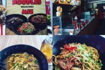 スミニャックで今流行りのの麺屋さん【Yo!Noodle】太麺焼きそばは色々な種類がありアジア近辺の味を楽しめますトムヤムヌードルとモンゴリアン焼そばをオーダー自分で取り分けるチリソースが四種類あるので好みの味に変えられますお値段はドリンクと共にで450円~#バリ島 #bali #バリローカル飯 #バリ島ガイド