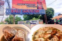 その名も悪魔のラウォンこの黒いスープがラウォンといいますビーフがゴロゴロ入ってますソトアヤム(鳥のスープ)も揚げたポテトが入っていてあじわい深くて美味ですイマンボンジョール通りをクタ方面から入ってしばらく走ると左手にこの看板が出てきますそれぞれご飯とソフトドリンクをつけて700円ほどです#bali #バリ島 #バリ島ガイド