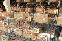 ウブドのバリハンディさんは工場直結のお店でお手頃価格️制作工程も見れますよストラップや角の削れ程度なら修理も可能な長く使える優秀なアタ製品なのです※ヌコちゃんは非売品です#バリ #バリ島 #bali #アタバッグ