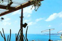 ウンガサンにオープンしたばかりビーチクラブ眺めはこの通りクタ方面までズドーンと抜けますプールやリソファエリアもあり一日中のんびりと過ごせますフルーツジュースを使ったカクテルがオススメです#bali #ulucliffhouse #バリ #バリ島 #バリ島旅行 #ウルワツカフェ