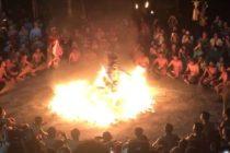 有名なバリ島の伝統舞踊「ケチャックダンス」ウルワツはそのNo.1の呼び声に相応しくハイクオリティ&大迫力のケチャックダンスがご覧になれますウルワツ寺院の崖の上 夕陽が沈み辺りが暗くなり始めると…男達の声の群れがどこからともななく聞こえてきますおもてなしバリではジンバランビーチのシーフードディナーとの大変お得なパッケージオプショナルツアーもご用意しております是非お問い合わせください️️️ #バリ #バリ島 #バリ島旅行 #バリ島オプションツアー #ケチャックダンス #ジンバランシーフード #現地日本語ガイド #ハイクオリティな旅 #政府公認ツアー会社で安心