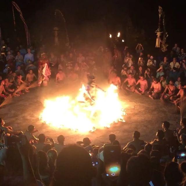 有名なバリ島の伝統舞踊「ケチャックダンス」ウルワツはそのNo.1の呼び声に相応しくハイクオリティ&大迫力のケチャックダンスがご覧になれますウルワツ寺院の崖の上 夕陽が沈み辺りが暗くなり始めると...男達の声の群れがどこからともななく聞こえてきますおもてなしバリではジンバランビーチのシーフードディナーとの大変お得なパッケージオプショナルツアーもご用意しております是非お問い合わせください️️️ #バリ #バリ島 #バリ島旅行 #バリ島オプションツアー #ケチャックダンス #ジンバランシーフード #現地日本語ガイド #ハイクオリティな旅 #政府公認ツアー会社で安心