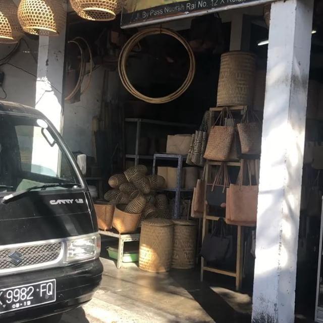 アタバッグなどの籐製品実はこんなホールセラーで買うとお土産屋さんのウン分の一の価格で購入できます...複数購入をされたい方はこんなお店へ!おもてなしバリはお客様をワンランク上の買い物上手に#バリ #バリ島 #bali #アタバッグ #かごばっく #バリ島旅行 #バリ島ガイド #バリ島日本語ガイド #バリ島オプションツアー #綺麗な日本語の礼儀正しいガイド  #政府公認ツアー会社で安心